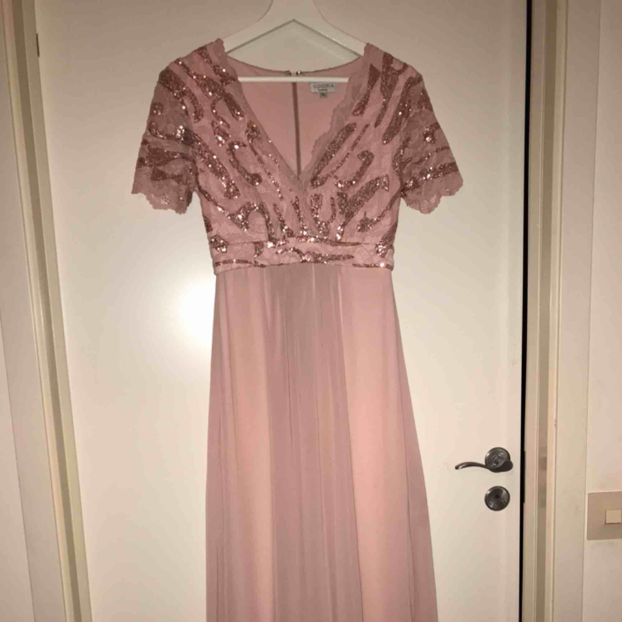 Jättefin balklänning från bubbelroom storlek XS skulle säga att den passar en 160-165 i längd . Klänningar.