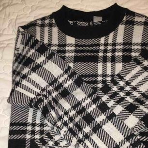 fin rutig stickad tröja ifrån hm, säljes då den inte kommer till användning, inte alls stickig. Strl XS men skulle säga att den passar S också, köparen står för frakten☺️