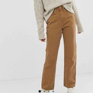 säljer mina Weekday Row Jeans i färgen camel! använda 2 gånger, är i nyskick. Riktigt snygga och populära, slutsålda överallt! Frakt: 59kr 🤎
