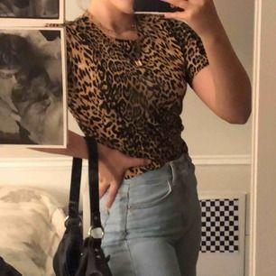 Snygg och bekväm leopard tröja. Knappt använd i mycket bra skick! Säljer för att det inte är min stil längre :/ Ifall du skulle vilja ha mera information eller flera bilder är det bara att kontakta mig🥰