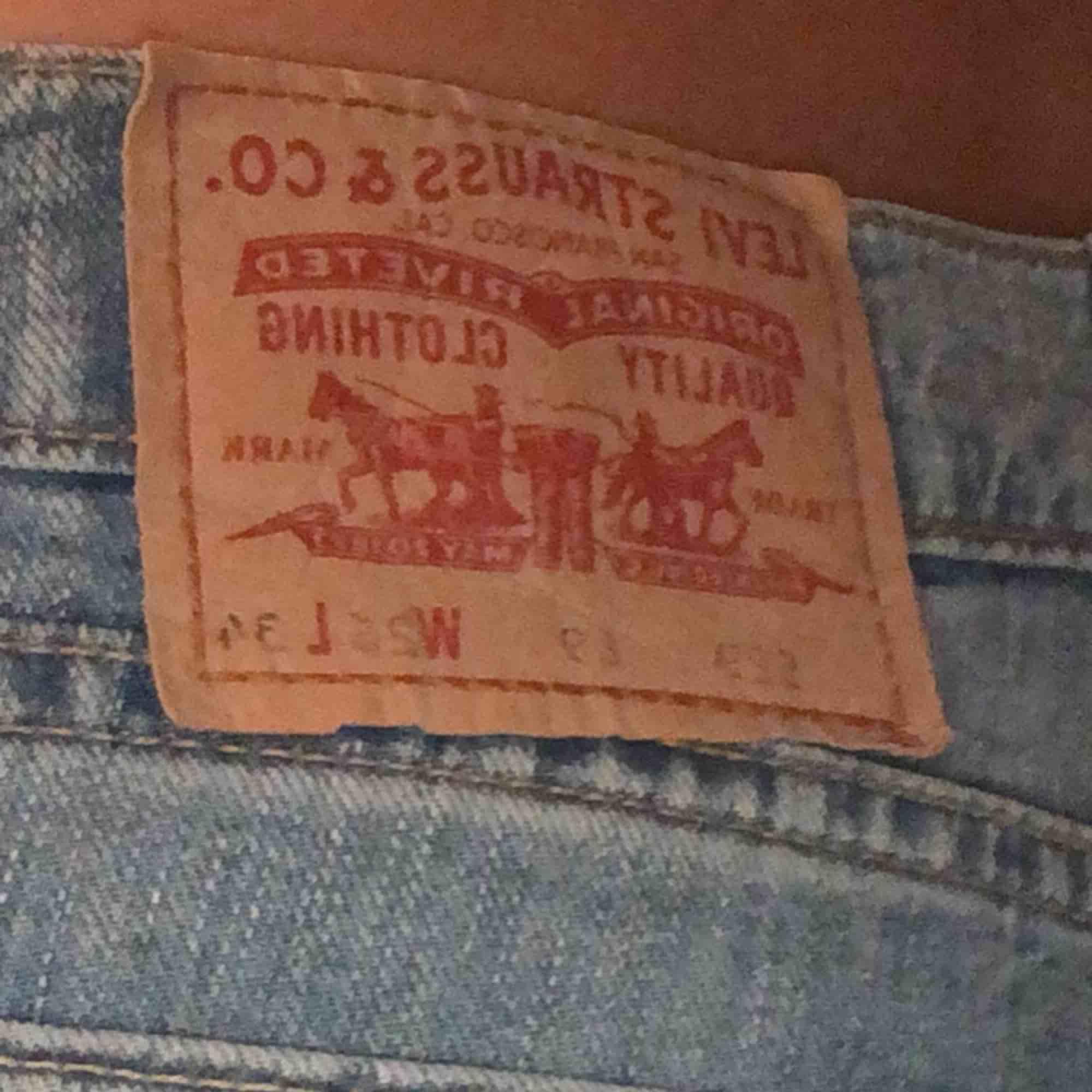 Jättesnygga och bekväma bootcut Levis jeans, ifall du vill ha flera bilder eller information så är det bara att kontakta mig!  Storlek: W26 L34 🥰🥰. Jeans & Byxor.
