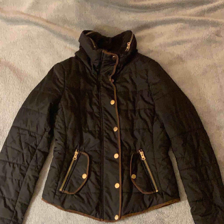Säljer en höst/vinter jacka från Vero Moda, använder inte den längre. Den är i bra skick! Kan mötas upp i Stockholm/söder och frakta men köpare står för frakten💖. Jackor.