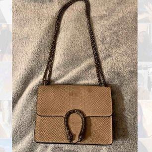En fin Gucci inspirerad väska! Den ska INTE va en kopia av guccis, alltså den är inte en kopia bara att den liknar typ som guccis👍🏼💞 Kan mötas upp i Stockholm/söder och jag kan frakta men köpare står för frakten