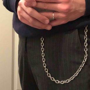 Frän och nästintill oanvänd byxkedja från Weekday! Spicear upp alla outfits och går även att använda som en ball halskedja. Köpare står för frakt 💞.