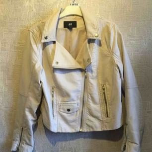 Beige skinnjacka från H&M. Kort modell. Storlek S.