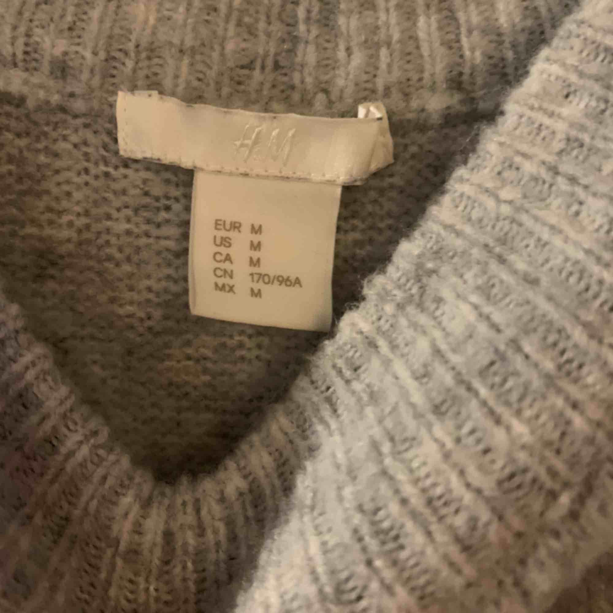 Helt ny. Använd endast 2gg så den är precis i väldigt bra skick , köpte från H&M förra året. . Tröjor & Koftor.