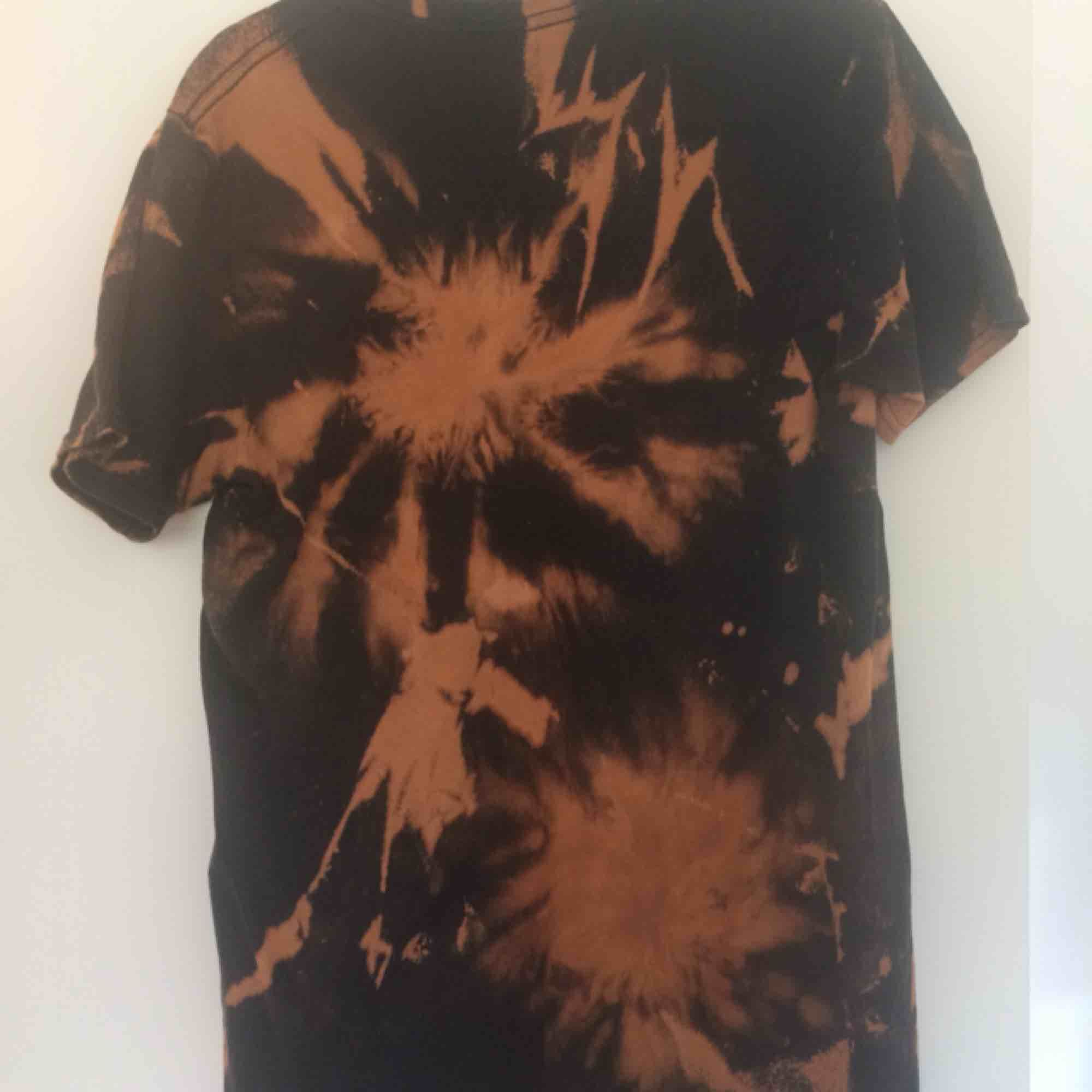 Egenbatikad t-shirt från statement festival. Frakten ingår i priset. Finns på fler sidor!. T-shirts.