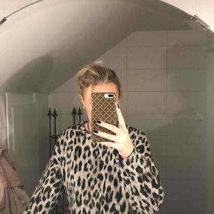 tröja i leopardmönster, svart/grå