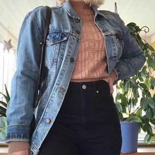 Äkta Levis jacka i boyfriend modell. Strl L💘 kostar 500 kr inkl frakt på 70 kr. Nypris var 1500 kr och den är endast använd 2 gånger. Har tyvärr inte prislappen kvar men den är knappt rörd🤗