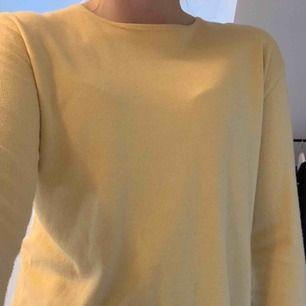 Härligt gul långärmad tröja avklippt nertill väldigt fin till bara jeans!