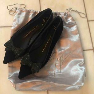 Svarta ballerinas i sammet med glitterrosetter från Giuseppe Zanotti. Köpta för 4900 kr. Använda endast en gång inomhus. Lyfter en hel outfit!