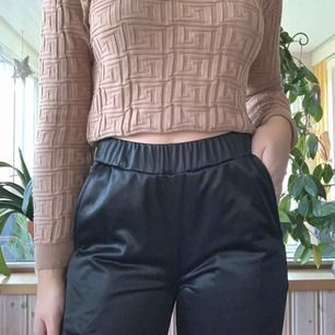 Kappa byxor i strl S💘 sitter fint och är lite utsvängda längst nere, går att öppna knapparna på sidan för festival look🤪 50 kr + frakt