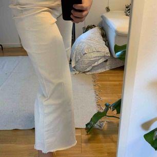 Superfina jeans från HM i en krämvit färg lite smutsiga på ena bakfickan därav priset