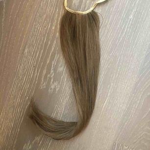 Längd: 60cm färg: mellanblond Ask  Osäker om det är blandat syntet/riktigt hår eller bara syntet. Den är matt och naturlig. (Lite glans såklart)   Fint skick se bilderna. Använd endast vid ett tillfälle. Ordpris: 599kr