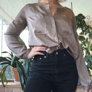 Fin glansig blus med fickor från Bikbok, passar både under vinterjackan och till sommaren med kjol😌 säljer för 80kr + frakt💞
