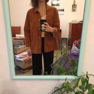 Snygg jeansjacka från weekday i rostorange färg. Jag brukar vara storlek S men den här sitter så fint oversize och ärmarna är i perfekt längd. Nypris 600
