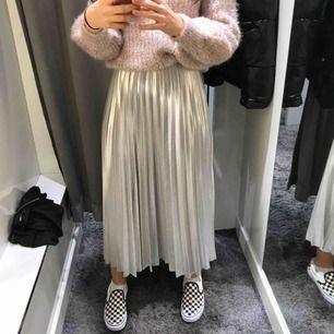 Säljer denna kjol helt oanvänd från gina. Passar perfekt till festligare outfits eller så kan man också klä ned kjolen. Kan mötas upp i stockholm eller frakta.