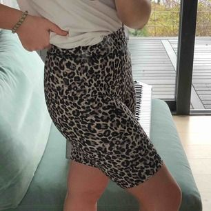 Ett par biker shorts i leopard mönster från Lindex! Säljer dem pga att dem inte kommer till användning:) frakten blir 42kr köparen står för frakt:) nypris: 199kr