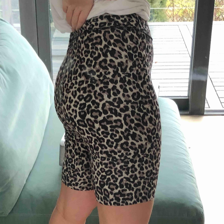 Ett par biker shorts i leopard mönster från Lindex! Säljer dem pga att dem inte kommer till användning:) frakten blir 42kr köparen står för frakt:) nypris: 199kr. Shorts.