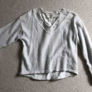 En lurvig tröja från HM. Spetsen är lite sliten, men det går att fixa om man stryker den.