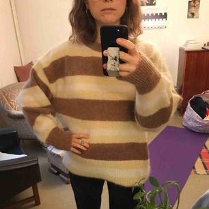 Mohair tröja från hm trend. Har klippt bort lappen i nacken för den kliade. Tröjan är super härlig och varm och sitter snyggt oversize men färgerna passar inte på mig. Nypris 500