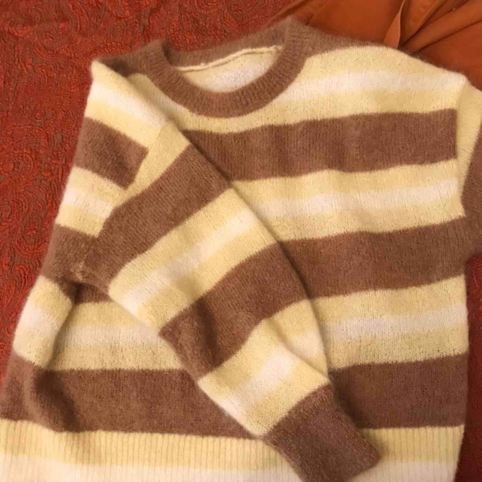 Mohair tröja från hm trend. Har klippt bort lappen i nacken för den kliade. Tröjan är super härlig och varm och sitter snyggt oversize men färgerna passar inte på mig. Nypris 500. Huvtröjor & Träningströjor.