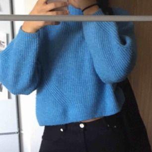 Stickad tröja i perfekt skick, säljer pga ingen användning längre. Kan mötas upp i stockholm eller frakta. Vill bli av med tröjan så fort som möjligt:)