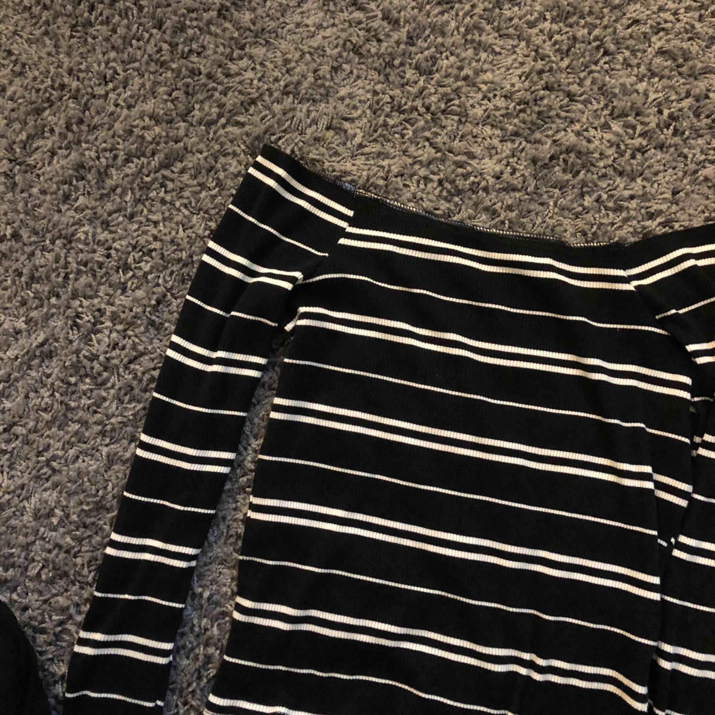 Offshoulder tröja ifrån Bikbok i storlek M. Tröjan är i fint skick. Köparen står för frakten😊. Toppar.