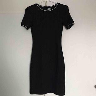 Skön bodycon klänning från h&m🍂 Kan användas till både vardags och fest, skönt ribbat material! Säljer då jag tyvärr aldrig använt den😊 nypris ca 200kr men säljer för 60kr ⚡️ Frakt betalas av köpare, kan även mötas upp i Umeå😊