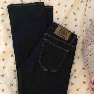 Så himla snygga bootcut jeans från Crocker, svart/ mörkblåa. säljer för kommer aldrig till användning, endast använda 2 gånger, väldigt bra skick. Köpte för 799kr och säljer för 300kr, köparen står för frakt  Skriv för fler bilder💞