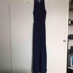 Jättefin långklänning i en mörklila/blå färg med snygg öppning i ryggen🙏🏼 Det står XS som storlek på lappen på plagget men den funkar för S också, klänningen släpar lite på golvet för mig som är 160 lång⚡️ köpare står för frakt, kan mötas upp i Umeå 😊