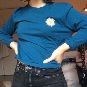 Jättefin tröja köpt på Urban outfitters för ca 500kr helt oanvänd:) Andra bilden är på ryggen, 36kr frakt tillkommer💗