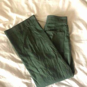 Ett par as najs gröna byxor från weekday som tyvärr gjort sitt hos mig! ✨ Dem har ett litet hål i sömmen vid gylfen som jag försökt sy ihop, kan definitivt göras bättre (se bild 3). 200kr + frakt!🌷
