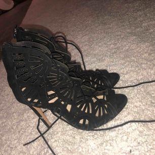 Snygga skor i mocka från Zara , knappt använda. Storlek 37!