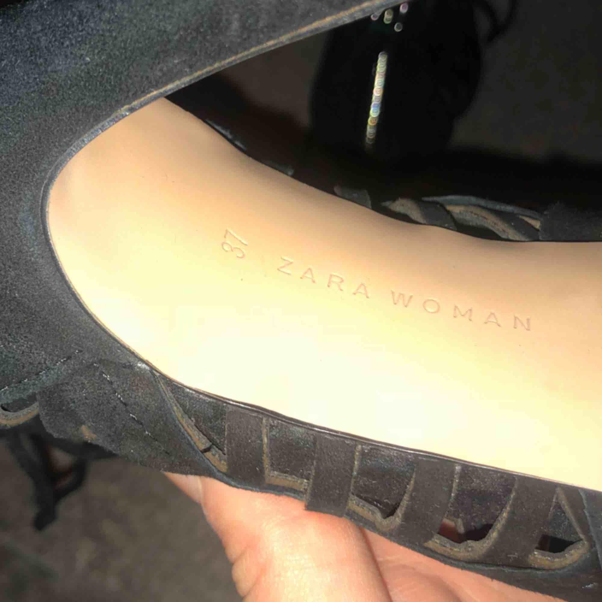 Snygga skor i mocka från Zara , knappt använda. Storlek 37! . Skor.