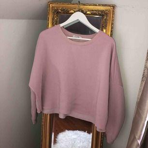 Croppad tjocktröja från Primark. Fleece på insidan vilket gör att den är väldigt mjuk och skön. Frakten är 59kr, vet att det suger när frakten kostar mer än plagget, men tröjan får inte plats i ett paket för 42kr 🧡