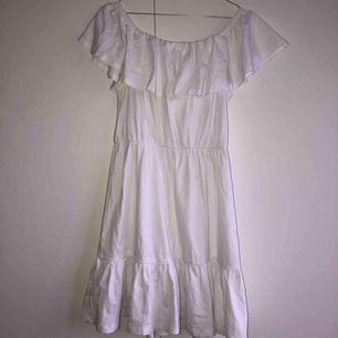 Vit klänning från Asos, perfekt på sommarn/till stranden. Funkar lika bra off-shoulder som t-shirt klänning. Köpare står för fraktkostnad