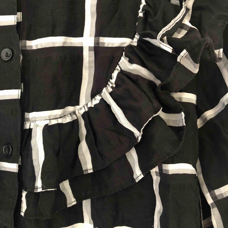Blus/skjorta med volanger H&M-trend! Säljer pga för stor. Köparen står för frakt!. Skjortor.