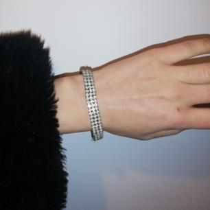 Vintage strass armband, silvrigt med fake-diamanter. Stretchigt och passar alla. Frakt 9 kr.