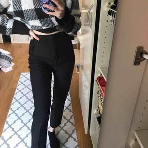 Så fina högmidjade kostymbyxor från Zara. Sitter jätte fint i midjan och rumpan. Säljer på grund av att dem aldrig kommit till användning. Frakten tillkommer ✨