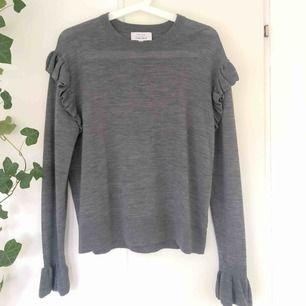 Tunn, stickad tröja med volanger från &otherstories! Säljer pga att den tyvärr inte kommit till användning. Köparen står för frakt😊