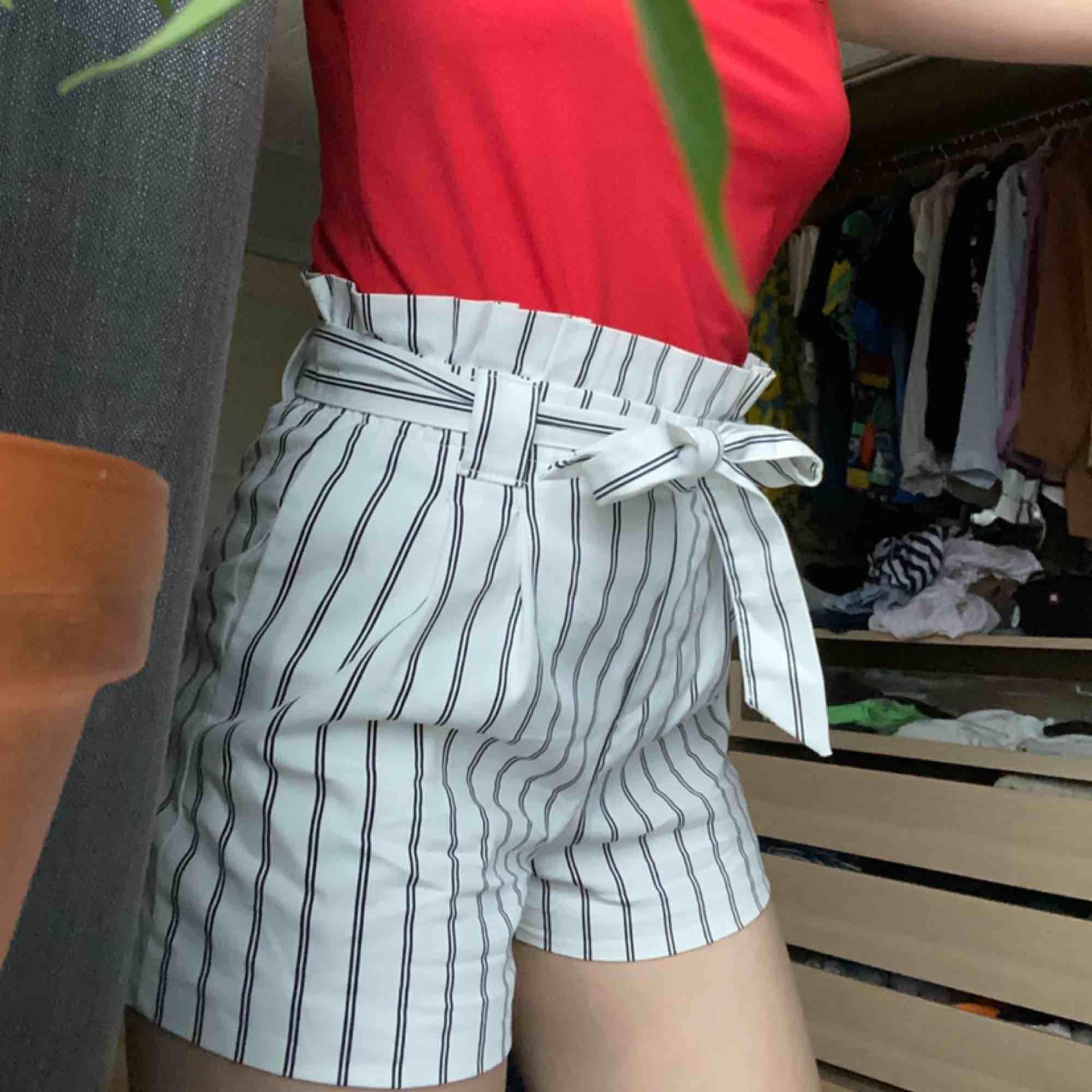 SNYGGASTE shortsen i lite paperbag stil, köpta i Stockholm på ZARA förra året, men de är lite små för mig. Inte för varma som jeansshorts kan bli på sommaren. Frakt 49kr eller mötes upp🥰. Shorts.