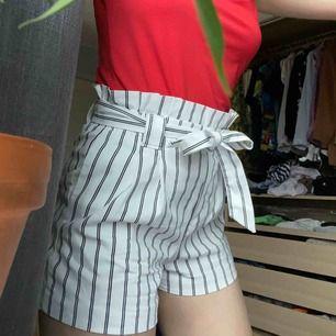 SNYGGASTE shortsen i lite paperbag stil, köpta i Stockholm på ZARA förra året, men de är lite små för mig. Inte för varma som jeansshorts kan bli på sommaren. Frakt 49kr eller mötes upp🥰