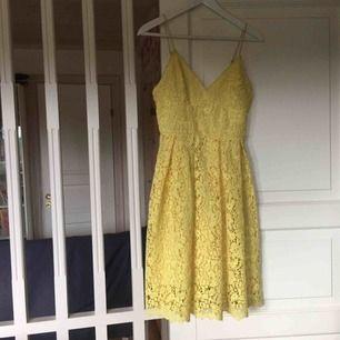 Fin gul spets klänning, använd två gånger Nypris 900