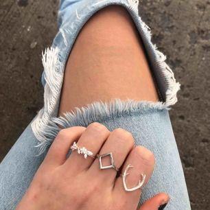 Tre jätte fina ringar, alla är i äkta silver förutom ringen i mitten❣️