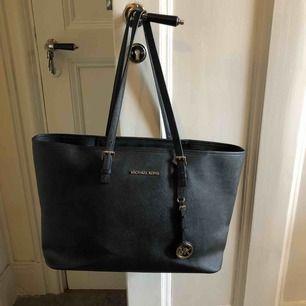 Säljer min äkta Michael Kors handväska i modellen Tote. Mycket lite använd så i jättefint skick! Köpte väskan för ordinarie pris vilket var 1800kr. Möts upp i centrala Stockholm, tar swish och köpare står för eventuell frakt💞💞💞