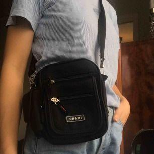 Liten, smidig, svart väska med jättemånga fack. Säljer pga kommer ej till användning. Frakten ingår!