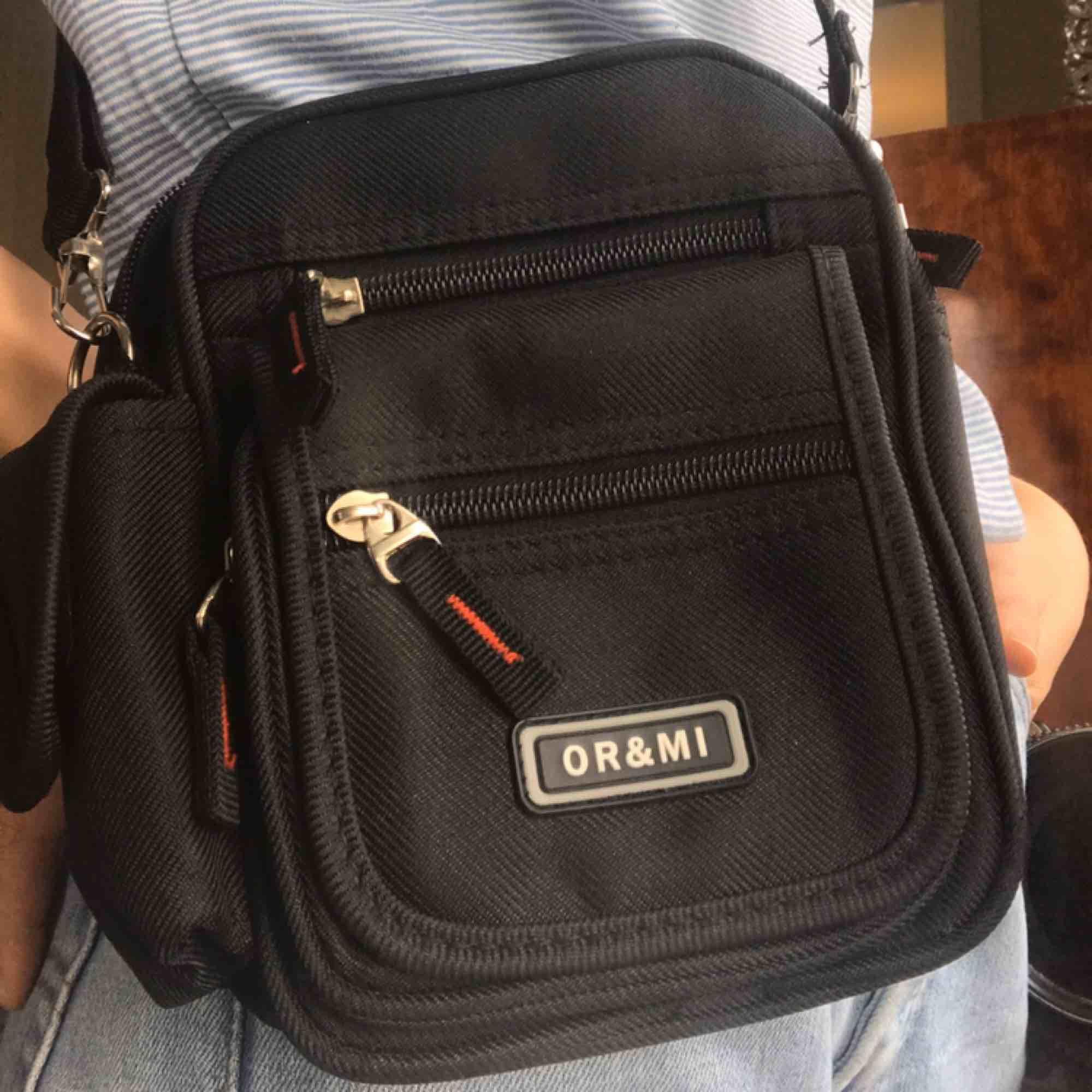 Liten, smidig, svart väska med jättemånga fack. Säljer pga kommer ej till användning. Frakten ingår!. Väskor.