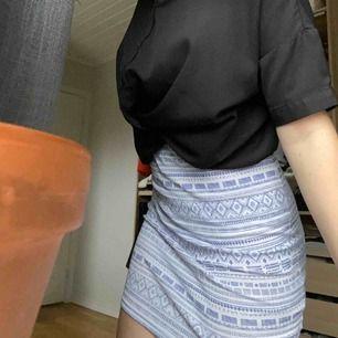 Sommrig kjol i stretchtyg som sitter väldigt snyggt på. Säljes eftersom den inte används så mycket längre, fraktas eller mötes upp i falun.