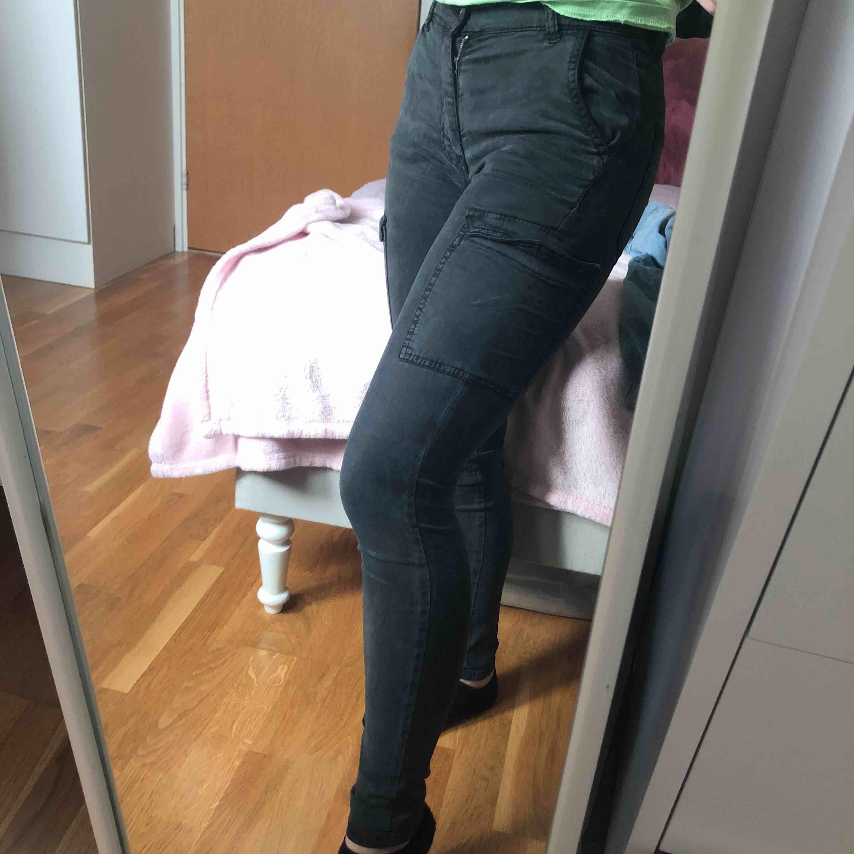 Coola byxor från gina med fickor på sidorna. Som man ser på sista bilden har jag sytt ihop ett hål (därför bra pris), men det är inget man märker tydligt! . Jeans & Byxor.